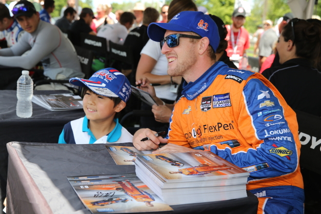 So many great fans at the autograph session! [photo via INDYCAR]